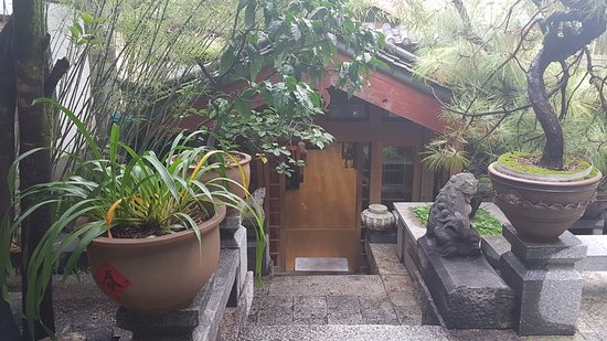 Zen Garden Hotel (Wuyi Yard): Looking down to the dining room
