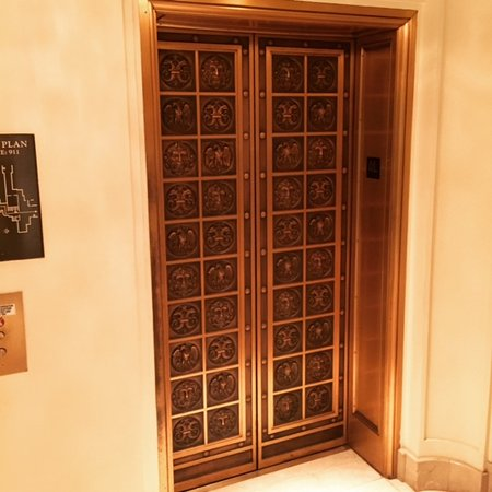 Beverly Hills, CA: The elevator doors at The Beverly Wilshire Hotel should look familiar to fans of Pretty Woman.