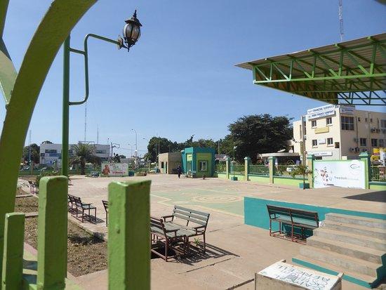 Серекунда, Гамбия: モニュメントがある公園