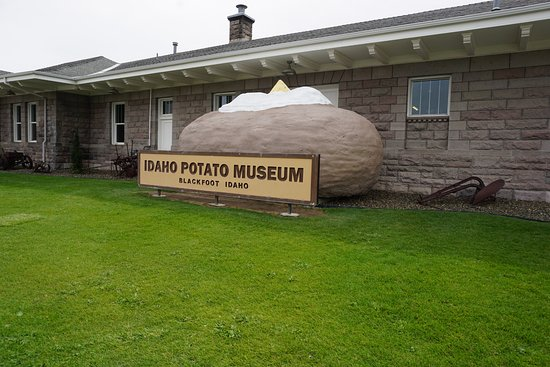 Blackfoot, ไอดาโฮ: Idaho Potato Museum - outside large baked potato with sour cream and butter.