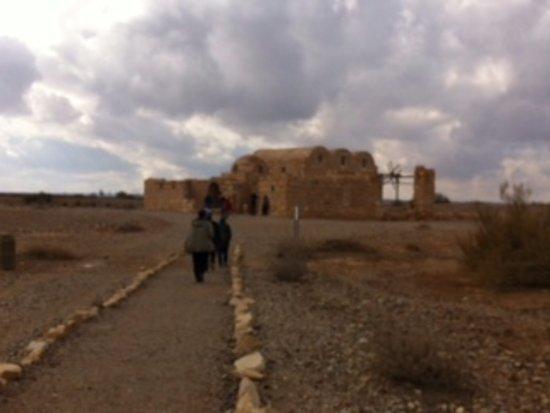 Azraq, Jordania: Strada che conduce al casino di caccia