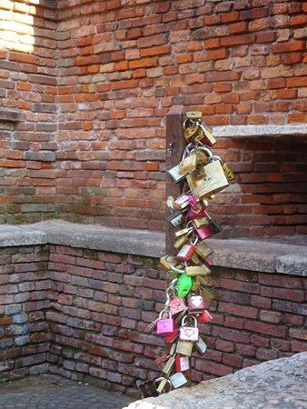 Ponte Scaligero (Ponte di Castelvecchio): Love Locks on Bridge