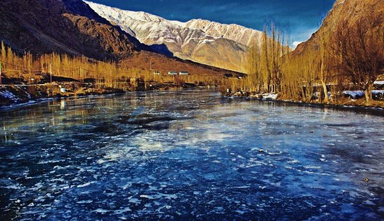 Kargil, Hindistan: Frozen suru river winter season