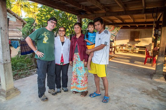 Banteay Meanchey Province, Cambodja: Morgan & Van with Sril Som and his wife and child.