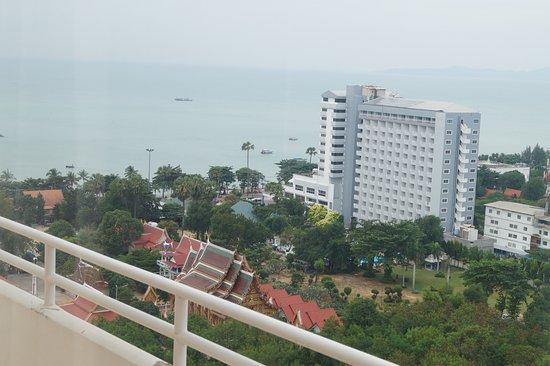 Welcome Jomtien Beach Hotel: Вид на море, внизу храм Петухов, то есть вид в сторону района Джомтьен