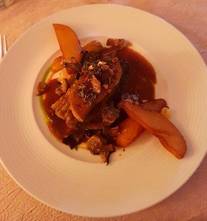 Eymet, Francia: son chou farci et sa tranche de foie gras de canard poêlée et pomme de terre confites