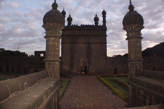 Ibrahim Rauza Tomb : walkways