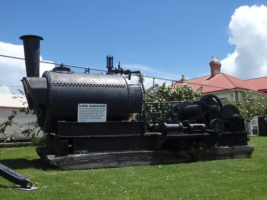 Matakohe, New Zealand: Log hauler - outside the main museum building
