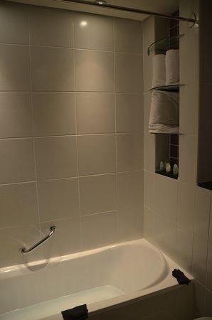 Flora Creek Deluxe Hotel Apartments: Détail de la salle de bain.
