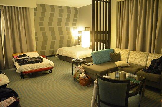 Flora Creek Deluxe Hotel Apartments: Vue générale de la chambre (salon et lit d'appoint).