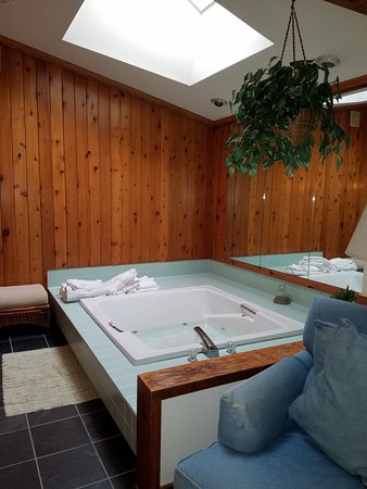 Cresco, PA: Sunken jacuzzi! And bath robes!