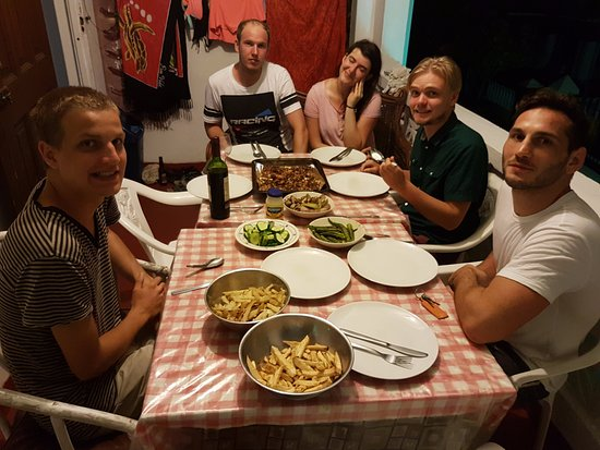 Rio Guest House: Sharing food with other guests on balcony.
