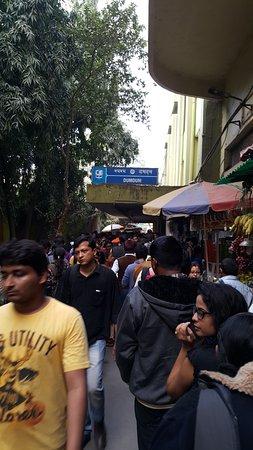 Metro Railway : Very Long queue to get ticket
