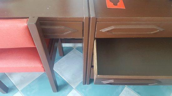 Muebles viejos y mal pintados - Picture of Decameron Cartagena ...