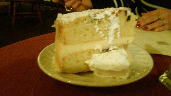 Boyertown, Πενσυλβάνια: White cake /berry filling
