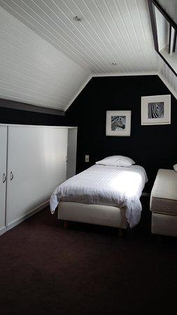 Charl's: Jolie chambre située dans la mezzanine, avec deux lits individuels.