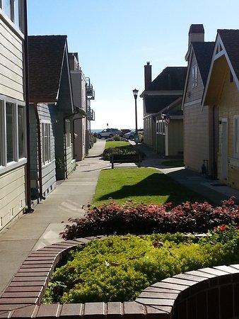 Capitola, CA: Blick zwischen den Häusern Richtung Meer