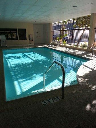 Hermosa Beach, CA: Pool mit Blick zur Straße, seitl offen
