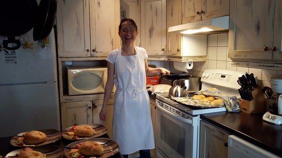 Saint-Jean-des-Piles, Canada: Meggie concoctant le déjeuner : crêpes et croissants, le tout fait maison !!!