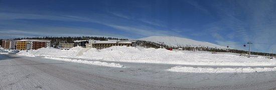Yllasjarvi, Finland: Vue d'ensemble de l'hôtel et de la station de ski