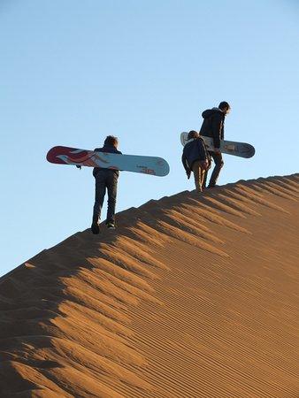 Atmospher Erg Chigaga: Ascension de la dune avec les sandboards
