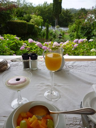 Cypress Cottage: Great breakfast on the verandah with a few of the formal garden