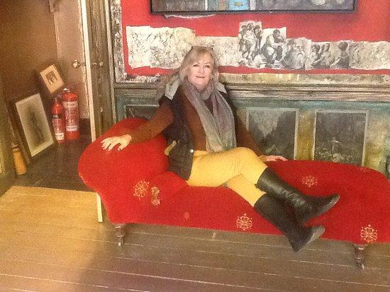 Totnes, UK: Reclining in the art salon