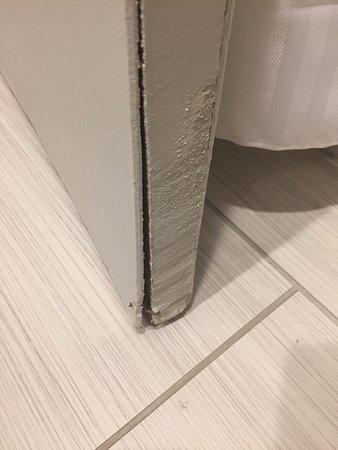 Brookfield, Ουισκόνσιν: Water damaged old bathroom door w/ nail