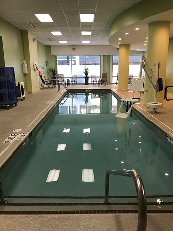 Hampton Inn & Suites Milwaukee Downtown: Pool is not giant but it works and nice hot tub!