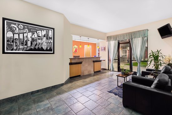 Super 8 by Wyndham Willits: Front Lobby