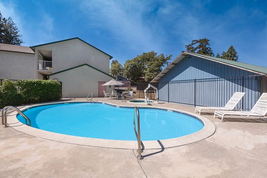 Willits, CA: Pool and Jacuzzi