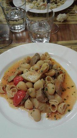 Usmate Velate, Italia: le pipe tonno, carciofi e pomodorini