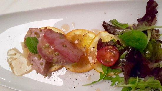 Marbach am Neckar, Γερμανία: Thunfischfilet mit Pistazienkruste auf Orange mit Babyleaf-Salat