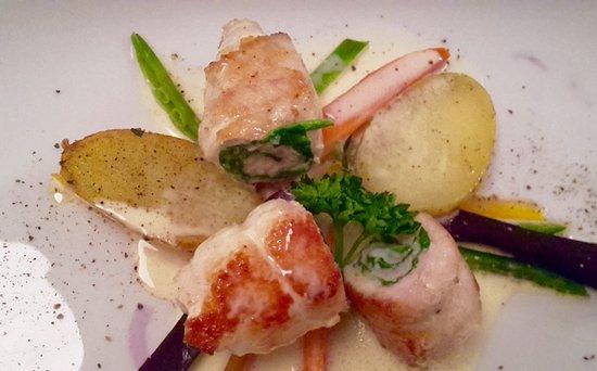 Marbach am Neckar, Γερμανία: Seezungenfilet mit frischem Spinat auf Zitronensauce, Karotten und Rosmarinkartoffeln