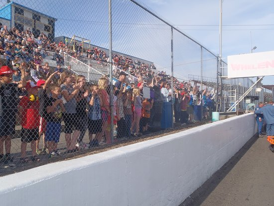 Wetaskiwin, Canadá: Kids LOVE our race track and line up to shout out congrats to the winners!