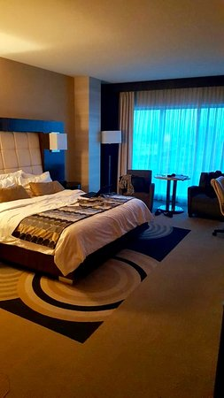 MotorCity Casino Hotel: king size bed