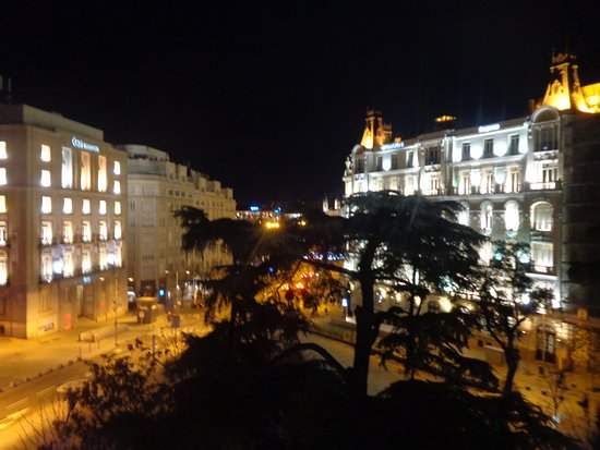Hotel Villa Real: Good view on night from facade's room