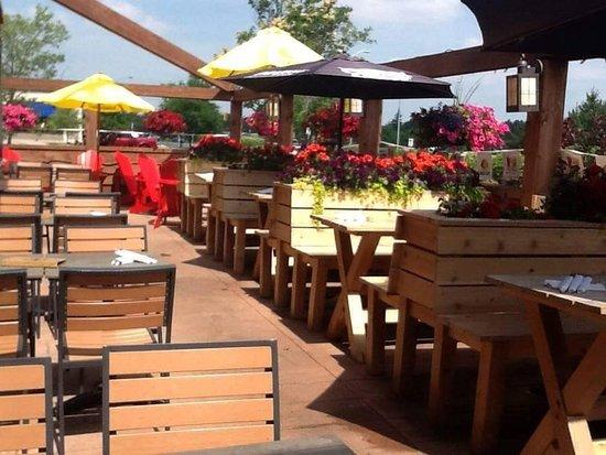 Orangeville, Kanada: Our beautiful patio over looking Island Lake