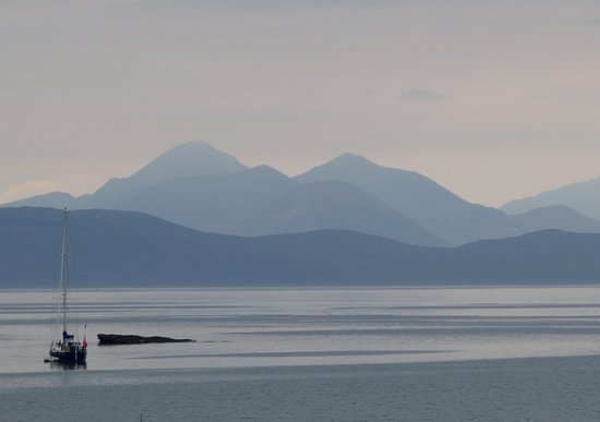 Applecross, UK: View from the tables outside the Inn (to Skye)