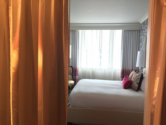Kimpton Hotel Monaco Seattle: The curtain offering privacy for the bedroom