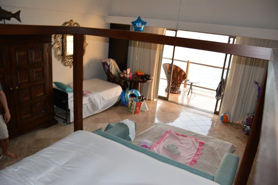Hyatt Ziva Puerto Vallarta: Cot and the pull out couch for kids with a king bed and plenty of space in club tower.