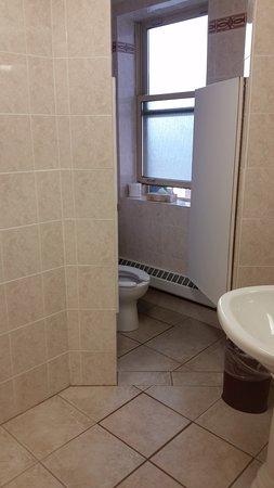 Athabasca Hotel: Banheiro compartilhado para quartos econômicos. 1 chuveiro e 1 vaso.