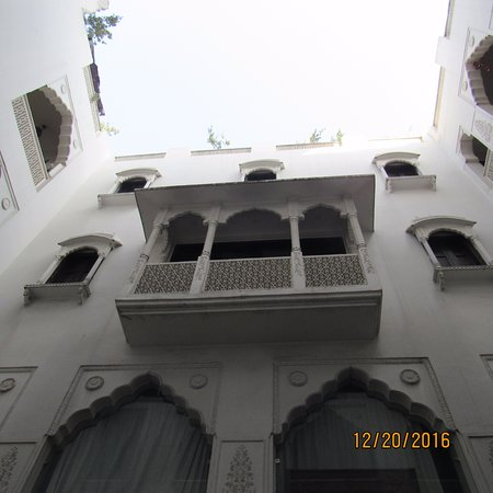 Jyoti Mahal Guest House: Looking up from the reflecting pool