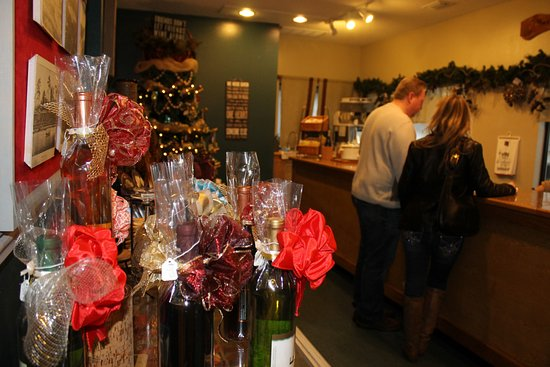 DeFuniak Springs, FL: Teh wine tasting room overlooks the distilling vats and vineyard.