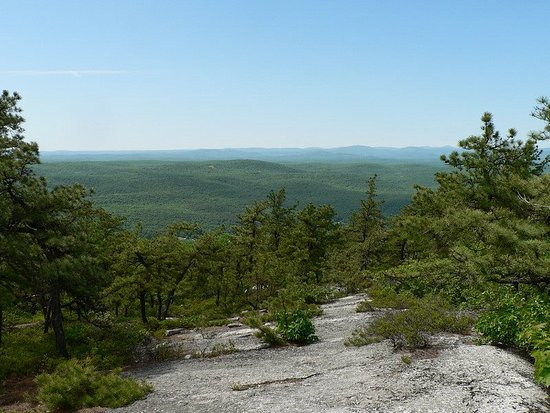 Fort Lee, Nueva Jersey: On the Shawangunk Ridge looking north toward the Catskill Mountains. Section 13 of the Long Path