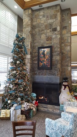 Greystone Lodge On the River: Front lobby on Christmas Eve