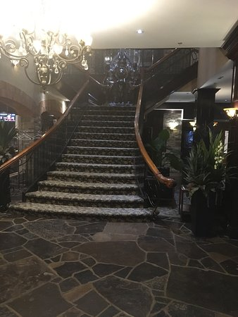Stone Mill Inn: Front entry stair case ( they do have a elevator)