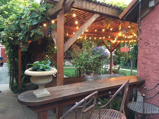 Cali Cochitta Bed & Breakfast: The Courtyard area, where the hot tub is located