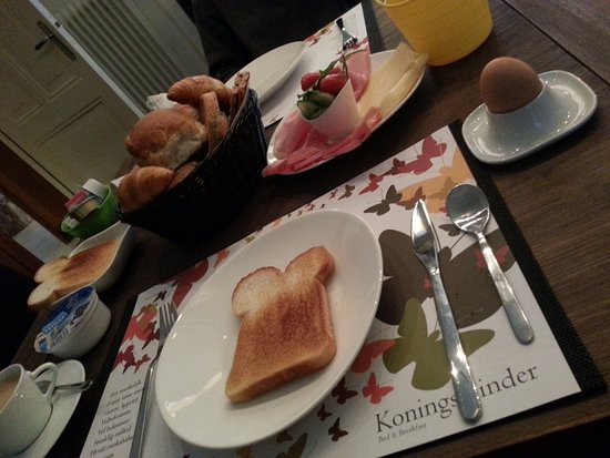 Veenendaal, Países Bajos: Our breakfast: a variety of breads, meats and cheeses, fresh vegetables, to name a few.