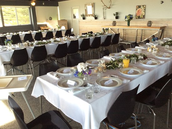 Gisborne, Nueva Zelanda: Tables set by family members for 64 guests.